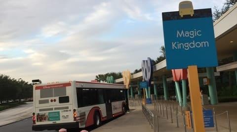 WDWのポップセンチュリーのバス停